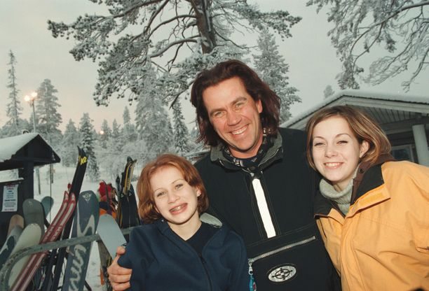 Rukan kauden avajaiset marraskuussa 1998. Paikalla myös Mikko Kuustonen tyttäriensä Iinan ja Minkan kanssa. Iina Kuustonen oli tuolloin 14 ja Minka Kuustonen 13.