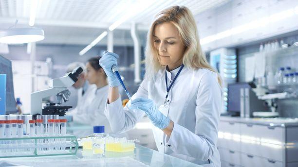 Lääkkeen kehittäminen vie vuosia, sillä se on myös testattava potilailla ennen kuin se tulee myyntiin.