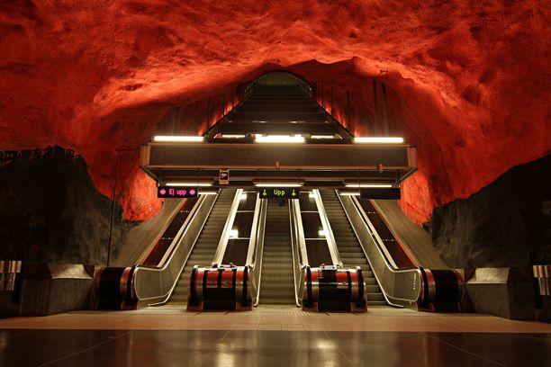 Solnan metroaseman katto hehkuu punaisena.