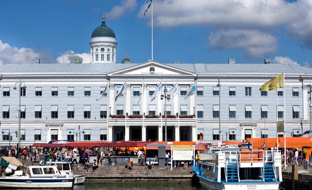 Kun Kauppatori, Senaatintori ja kaupungintalo on nähty, voi pääkaupunkiin tutustua bongaamalla muistolaattoja.