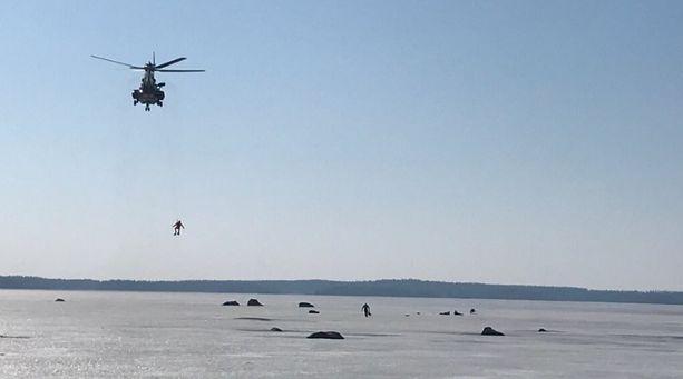 Pelastustyöntekijä vinssasi kylmettyneet miehet helikopteriin.