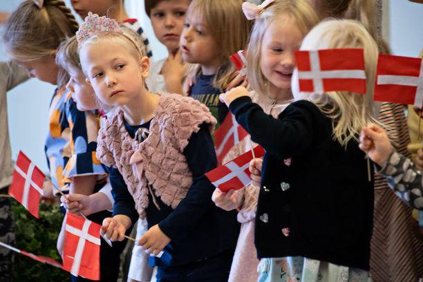 Lapset olivat itse askarrelleet tilaisuuteen sopivat liput.