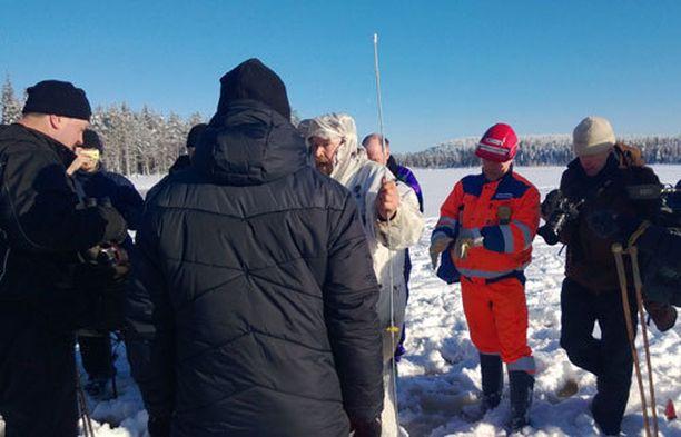 MIELENILMAUS. Talvivaaran tuotantojohtaja Harri Natunen joutui aktivistien tiukkaan tenttiin lä-Lumijärven jäällä.