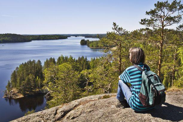 Saimaan seutu tarjoaa kauniita järvimaisemia. Kuva Sulkavan Linnavuorelta.