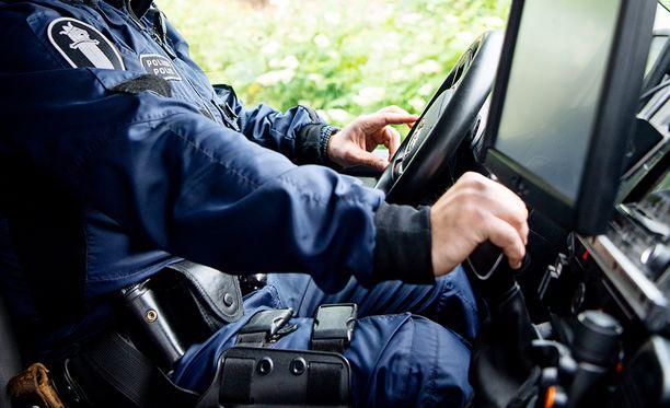 Kokenut poliisimies joutui liikenneonnettomuuteen hälytysajossa. Asiaa setvittiin käräjillä. Kuvituskuva.