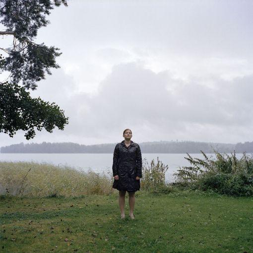 Hääpaikan rannassa syksyllä 2012 eli kaksi vuotta häiden jälkeen. Kuvassa sataa, siksi itkuani ei huomaa helposti. Hääpäivästä tuli lapsettomuutemme vuosipäivä.