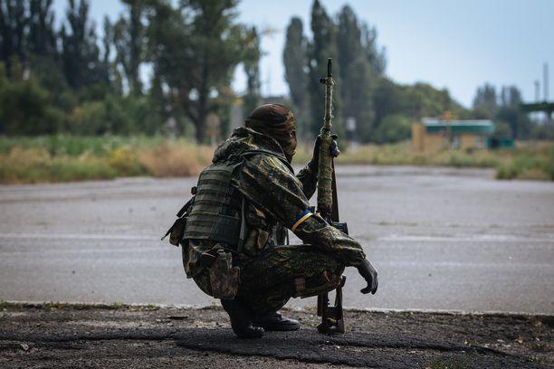 Ukrainalaissotilas kuvattiin Donetskin lähellä elokuussa 2014. Kuvituskuva.