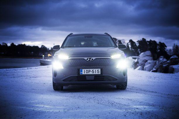 Latausliitännät auton keulassa ovat käytännölliset. Luukun reunoista koteloon kerääntyy kuitenkin lunta.