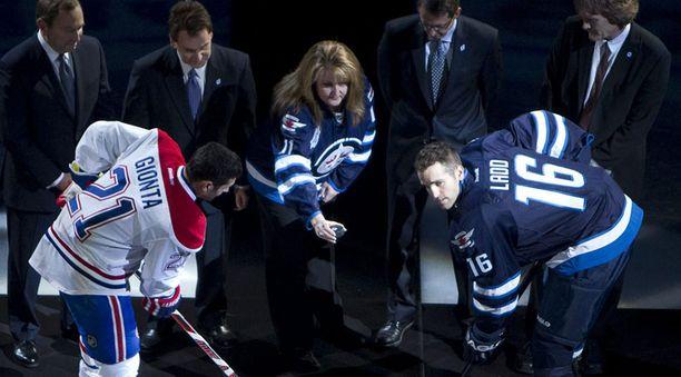Avauskiekon pudotti kesällä menehtyneen NHL-pelaaja Rick Rypienin äiti Shelley. Jets hankki Rypienin alkukesästä ennen hänen kuolemaansa.
