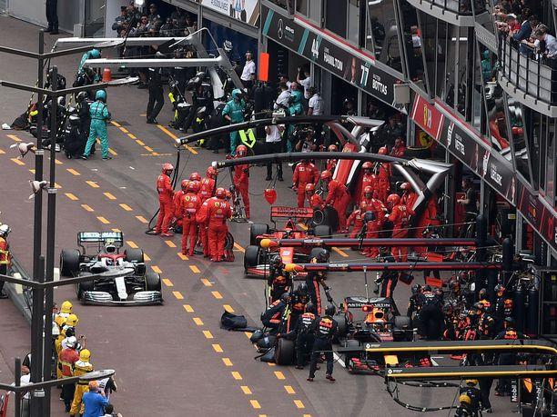 Verstappenia ollaan vapauttamassa omasta ruudustaan juuri, kun Bottas on tulossa Red Bullin varikkopilttuun kohdalle.
