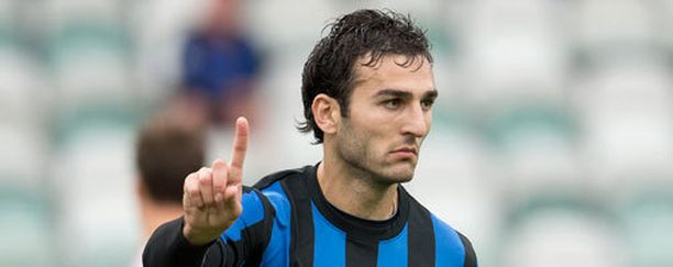 Irakli Sirbiladze tuulettaa ensi kaudella maalejaan KuPS-paidassa.