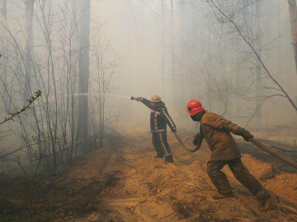 Ukraina puolitoista viikkoa riivanneet metsäpalot lähestyvät Tšernobylin ydinvoimalan aluetta.