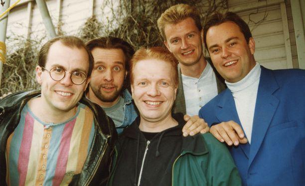 Kummeli lyö yleisöennätyksiä, missä ikinä esiintyy, raportoi kuvateksti vuonna 1994. Kuvassa Timo Kahilainen, Heikki Hela, Heikki Silvennoinen, ohjaaja Matti Grönberg ja Olli Keskinen.