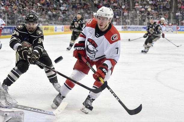 Aleksi Saarela on tällä kaudella pelannut Charlotte Checkersissä. Nyt hyökkääjä on saamassa tililleen ensimmäisen NHL-ottelunsa.