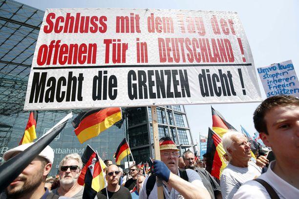 Vaihtoehto Saksalle -puolueen kannattajat vaativat rajojen sulkemista siirtolaisilta.