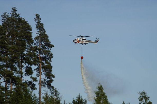 Sammutustöihin osallistui myös helikopteri.