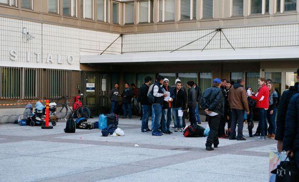 Turvapaikanhakijoita Kemin poliisilaitoksen edessä.