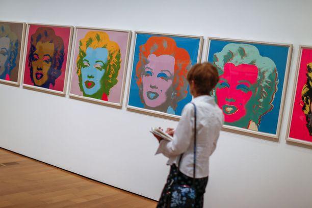 Yksi Andy Warholin kuuluisimmasta teoksista on eri väreihin tehty Marilyn Monroen kasvokuva.