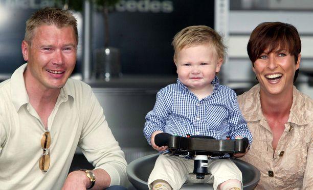 Mika ja Erja Häkkinen ja noin vuoden ikäinen Hugo-poika.
