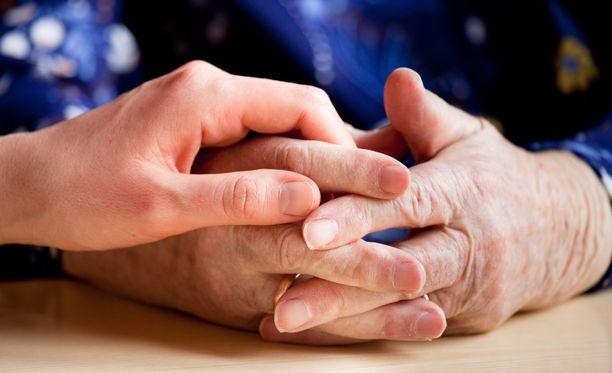 Useat omaishoitajat ovat itsekin iäkkäitä. Vanhustyön keskusliitosta muistutetaan, että omaishoitajakin tarvitsee tukea läheisen kuoleman jälkeen.