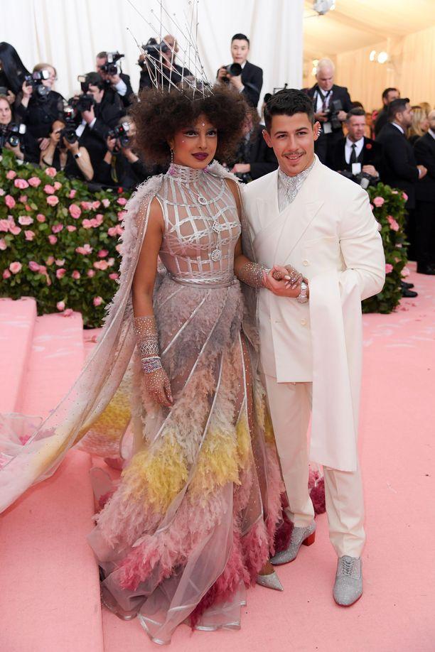 Näyttelijä Priyanka Chopra ja laulaja Nick Jonas avioituivat joulukuussa 2018. Chopralla nähtiin Met-gaalassa pölyhuiskamainen helma.