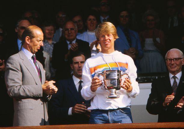 Kesäkuussa 1983 Stefan Edberg juhli Wimbledonin poikien sarjan voittoa.
