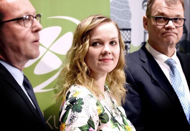 Juha Sipilä (oikealla) nosti Mika Lintilän (vasemmalla) keskustan ykkössalkun haltijaksi, mutta tähyääkö Katri Kulmuni (keskellä) jo sitä?