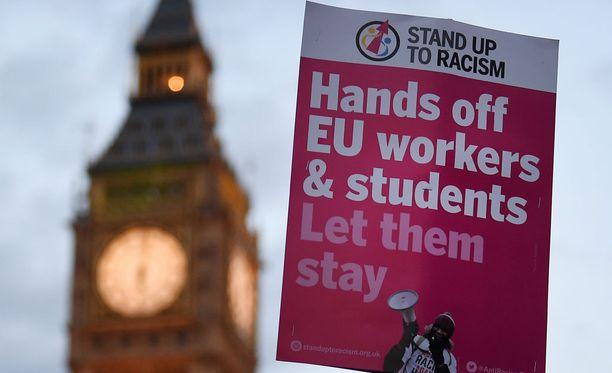 Sadat brexitin vastustajat osoittivat mieltään parlamentin edustalla maanantaina.