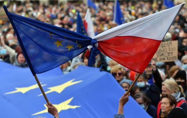 Yhteensä yli 100000 ihmistä osoitti mieltään Puolan EU-jäsenyyden puolesta sunnuntaina eri puolilla Puolaa.