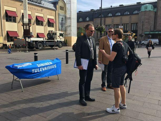 Jussi Niinistö keräsi nimiä kannattajakortteihin Asema-aukiolla tiistai-iltapäivällä. Uusi vaihtoehto -ryhmä kertoi maanantaina saaneensa kasaan noin puolet vaaditusta 5 000 kannattajakortista, jotka se tarvitsee sininen tulevaisuus -puolueen perustamiseen.