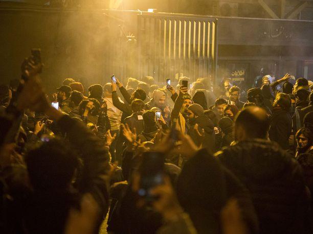 Mediatietojen mukaan Britannian Iranin-suurlähettiläs pidätettiin Teheranissa lauantaina järjestettyjen mielenosoitusten yhteydessä.