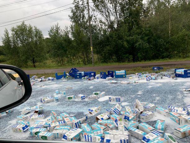 Onnettomuuden seurauksena osa maitolastista putosi tielle.