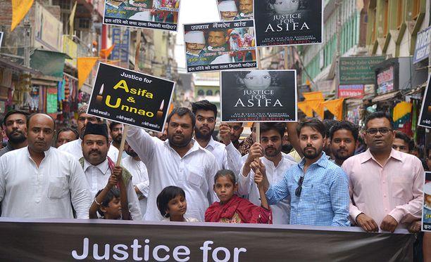 Ajmerissa, Rajasthanin osavaltiossa osoitettiin lauantaina mieltä raiskauksia vastaan ja vaadittiin uhreille oikeutta.
