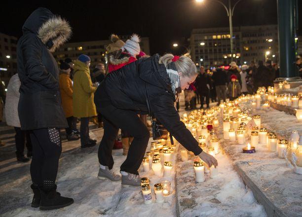 Porilaiset saapuivat sankoin joukoin Porin torille muistamaan Olli Lindholmia.