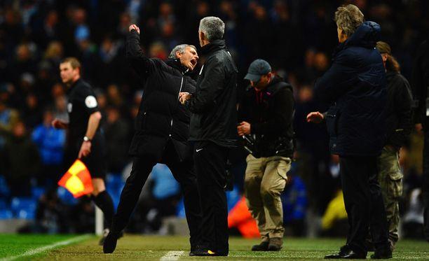 Chelsean manageri José Mourinho juhlii voittoa Manchester Citystä.