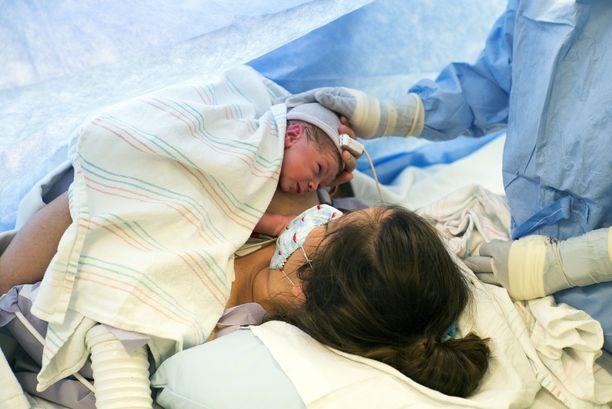 Yksi syy pakottava syy koronaäidin keisarileikkaukseen on raskauden aiheuttama hengitysvajaus. Myös syntyvä lapsi on tällöin suuressa riskissä hapenpuutteelle.