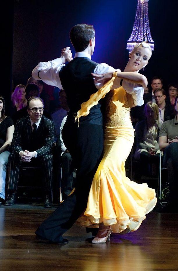 Rosa Meriläinen yllätti Tanssi tähtien kanssa -kilpailussa päästämällä naisellisen puolensa esiin.
