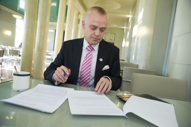 Kansanedustaja Timo Heinonen (kok) oli kaatamassa kansalaisaloitetta, jonka puolesta hän kampanjoi ahkerasti