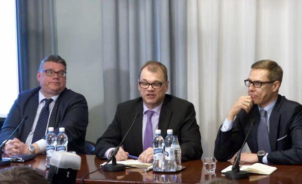 Varsinaiset neuvottelut käynnistyivät valtioneuvoston juhlahuoneistossa Smolnassa maanantaiaamuna.