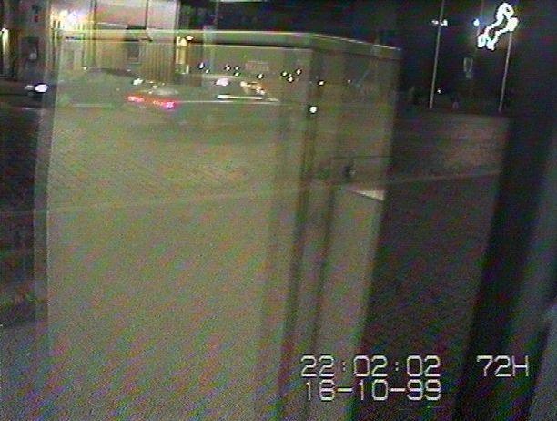 Tämä auto tallentui kameraan noin kello 22. Tuolloin auto ajoi Hämeenkatua itään. Tämä oikealle ajava auto on todennäköisesti Buick Electra.