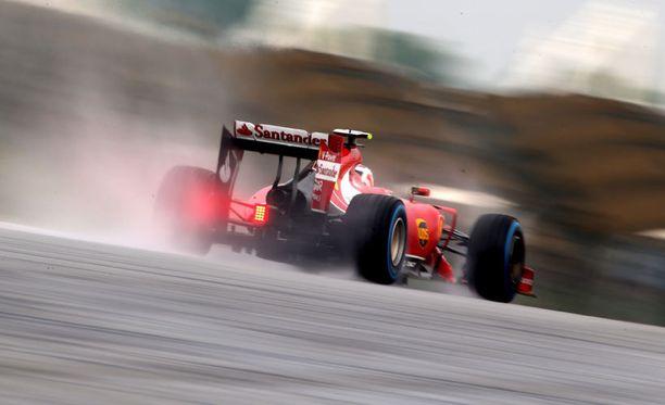 Kimi Räikkönen joutui Kevin Magnussenin kolhimana letkan hännille.