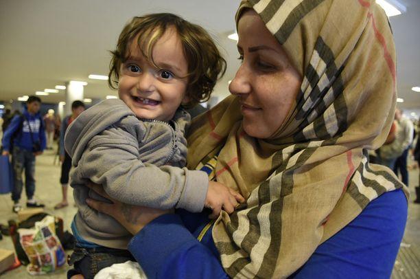 Syyrialainen Naha kuusilapsisen perheensä kanssa taittoi 150 kilometrin matkan jalan. Sylissä yksivuotias Lamar.