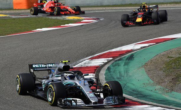 Valtteri Bottas ei pystynyt pitämään Daniel Ricciardoa takanaan.