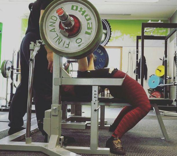 Susanna Törrösen penkkipunnerrusennätys harjoitusoloissa on 127,5 kiloa.