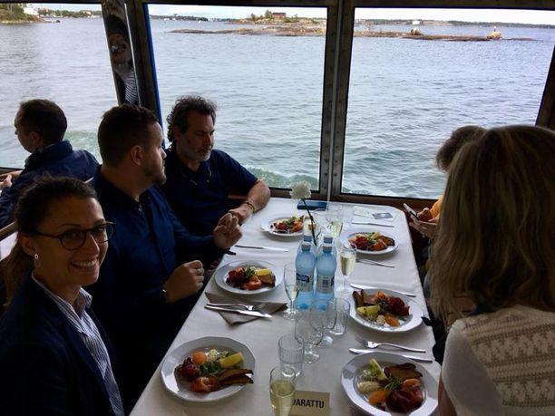 Ruoan ohella vieraat nauttivat Helsingin saaristosta.