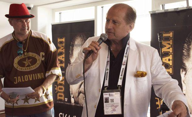 Juhani Tamminen on äänessä Herningissä. Hän toimii MM-kisoissa suomalaispubi Sisuklubin pääesiintyjänä. Tamminen avustaa työmatkansa aikana Ranskan, Sveitsin ja Saksan tiedotusvälineitä. Tammisen vieressä Sisuklubin isäntä Pepe Jürgens.