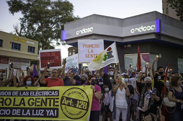 Espanjan Malagassa osoitettiin mieltä sähkön hinnannousua vastaan.