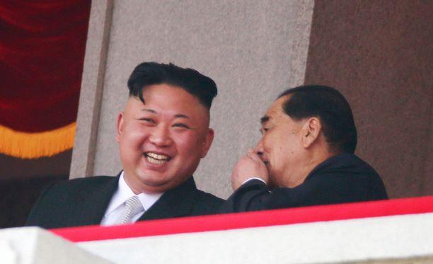 Pohjois-Korean diktaattori Kin Jong-un seurasi juhlaparaatia naureskellen Pjongjangissa.