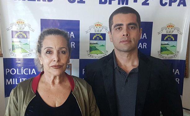 Dennis Furtado äitinsä kanssa poliisin jakamassa pidätyskuvassa.