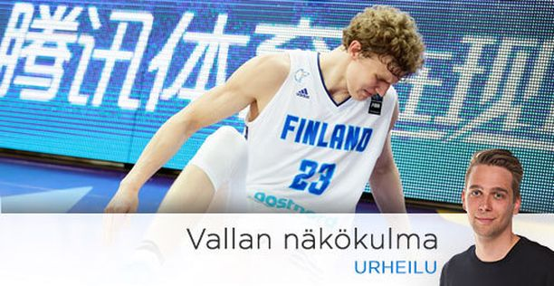 Lauri Markkanen sai kipeää nilkkaansa Slovenia-ottelun viimeisen heittonsa jälkeen.